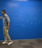 прозрачная маркерная краска в офисе на синем цвете