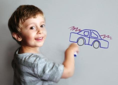 Пусть ребенок рисует на стене