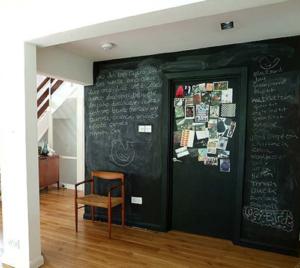 Грифельная стена в гостиной