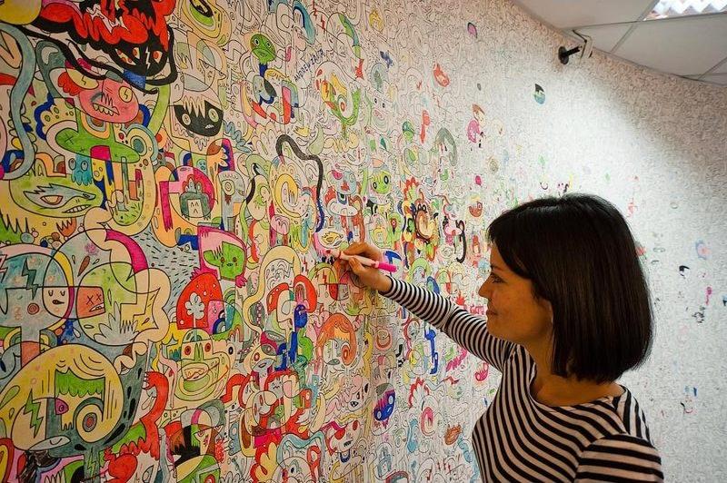 Нанесение раскраски на стене в детской комнате