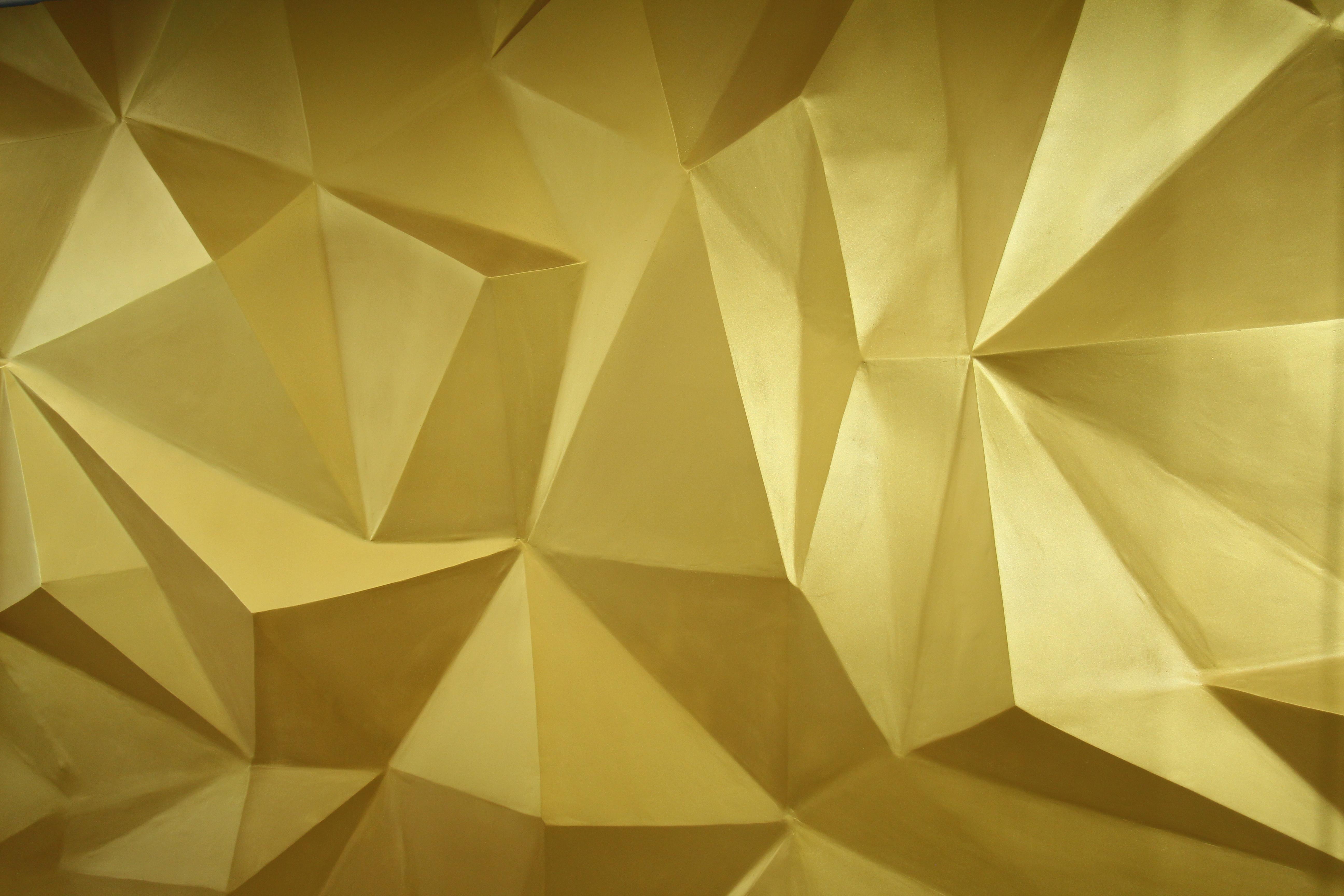 3-D стена в форме золотого кристалла