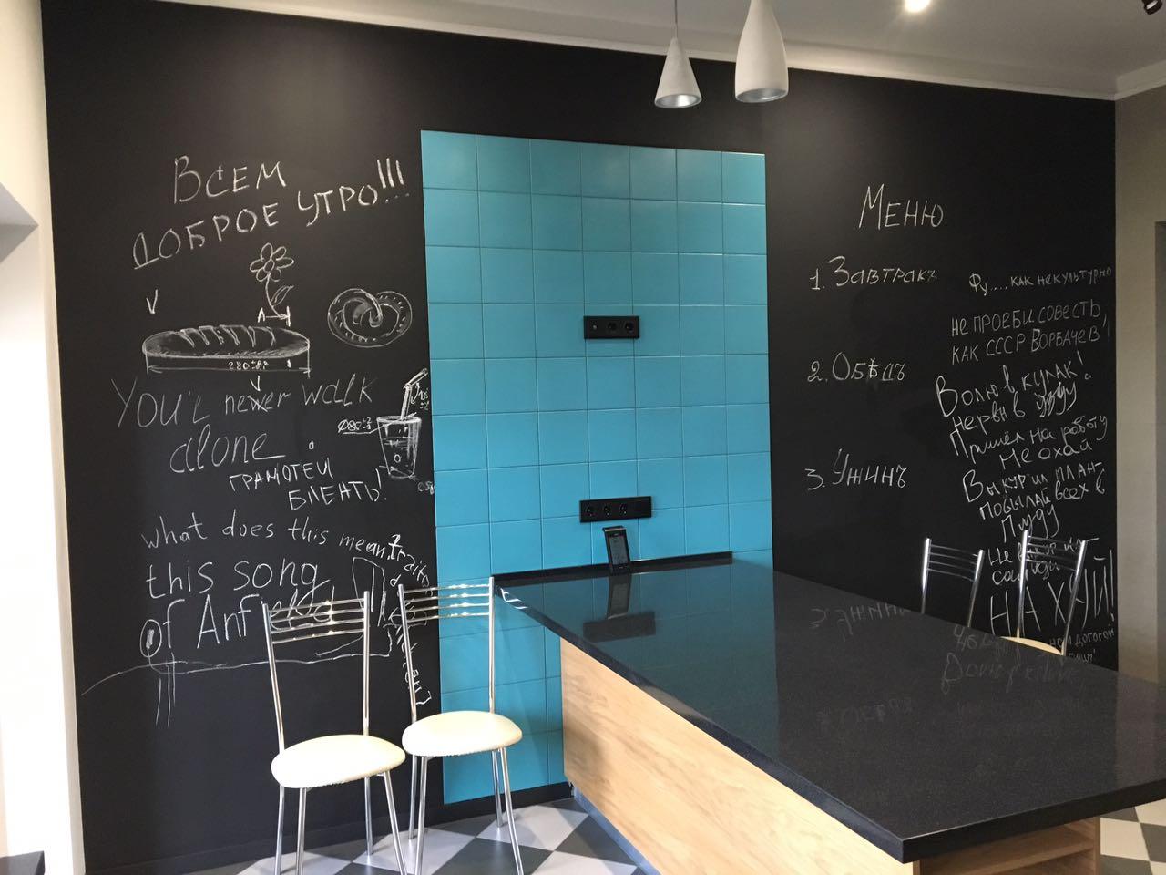 Грифельная краска в офисе в сочетании с березовым цветом