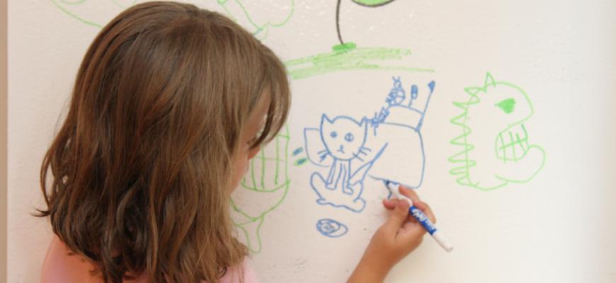 Рисование на стене в детской комнате.