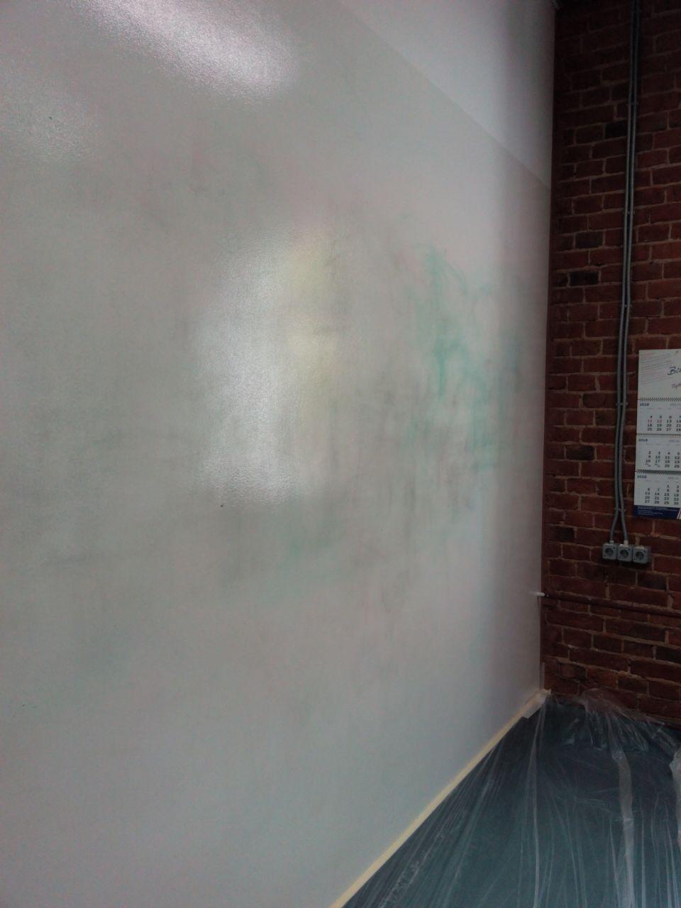 На стене остаются следу от маркеров